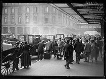 """Crowd invading the Parisian train station for holiday departures. Paris, on August 14, 1920. Photograph from the collections of the newspaper """"Excelsior"""". © Excelsior – L'Equipe / Roger-Viollet"""