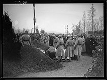 """The funeral of seven brothers in arms of the Unknown Soldier after a ceremony of designation among the eight coffins by Auguste Thin (1899-1982), Corporal of the 132th infantry regiment. The bodies are leaving the chapel of rest of the citadel of Verdun to be buried in the national necropolis of the Faubourg-Pavé, forming """"the square of the seven unknown"""". Verdun (Meuse, France), Wednesday 10 November 1920, Photograph from the French newspaper """"Excelsior"""". © Excelsior – L'Equipe / Roger-Viollet"""