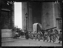 """The coffin of the Unknown Soldier hoisted on a Canon de 155 under the Arc de Triomphe, durnig the ceremonies of the 11th of November. Paris, Thursday 11 novembre 1920. Photograph from the French newspaper """"Excelsior"""". © Excelsior – L'Equipe / Roger-Viollet"""