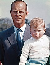 archive-pa-extras-20150506-165030-archive-pa423-1.jpg. PA Archive. Royalty - Duke of Edinburgh - Windsor Castle. Duke of Edinburgh with 2 and half year old son Prince Andrew at Windsor Castle. 19620801. © PA Archive / Roger-Viollet