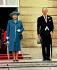 La reine Elisabeth II (née en 1926) et son époux, le prince Philip (né en 1921), lors d'une garden party dans les jardins du palais de Buckingham. Londres (Royaume-Uni), 14 juillet 1998. Photo : Fiona Hanson. © Fiona Hanson / PA Archive / Roger-Viollet