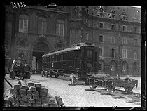 "Arrival of the railway carriage where was signed the Armistice of Compiègne, exhibited in the courtyard of the Invalides before moving to the Museum of the Armies. Paris (VIIth arrondissement), on April 27, 1921. Photograph from the collections of the newspaper ""Excelsior"", on April 28, 1921. © Excelsior – L'Equipe / Roger-Viollet"