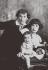 Marc Chagall (1887-1985), peintre et graveur français d'origine russe, avec son épouse Bella Rosenfeld (1895-1944), écrivain biélorusse, et leur fille Ida (1916-1994). © TopFoto / Roger-Viollet