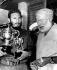 Fidel Castro (1926-2016), homme d'Etat et révolutionnaire cubain, tenant des coupes de concours de pêche, et Ernest Hemingway (1899-1961), écrivain américain, 1960. © Ullstein Bild / Roger-Viollet
