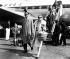 John Merrivale (1917-1990), acteur canadien, et sa compagne Vivien Leigh (1913-1967), actrice britannique, lors de leur arrivée à l'aéroport d'Heathrow. Londres (Royaume-Uni), 23 avril 1961. © TopFoto / Roger-Viollet