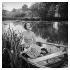 Vivien Leigh (1913-1967), actrice britannique, faisant de la barque pendant des vacances dans sa maison de campagne de Tickerage Mill (Angleterre), 1965. Photo : George Douglas. © George Douglas / TopFoto / Roger-Viollet