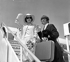 Vivien Leigh (1913-1967), actrice britannique, et Ringo Starr (né en 1940), musicien britannique et membre du groupe musical The Beatles, montant à bord d'un avion pour l'Australie, 12 juin 1964. © TopFoto / Roger-Viollet