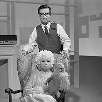 """Television broadcast of """"Tête-bêche"""", play by Guy Bedos and Jean-Loup Dabadie. Guy Bedos (1934-2020) and Sophie Daumier (1936-2003). June 1st, 1964. Photograph from the collections of the French newspaper """"France-Soir"""". Bibliothèque historique de la Ville de Paris. © Fonds France-Soir / BHVP / Roger-Viollet"""