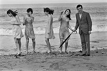 """Guy Bedos (1934-2020), French humorist and actor. Deauville (France), on April 10, 1966. Photograph from the collections of the French newspaper """"France-Soir"""". Bibliohtèque historique de la Ville de Paris. © BHVP / Roger-Viollet"""