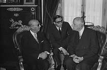 """Meeting between General Charles de Gaulle (1890-1970), President of the French Republic, and Francisco Franco (1892-1975), Spanish statesman. Spain, on June 8, 1970. Photograph by Bernard Charlet, from the collections of the French newspaper """"France-Soir"""". Bibliothèque historique de la Ville de Paris. © Bernard Charlet / BHVP / Roger-Viollet"""