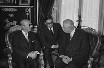 """Meeting between General Charles de Gaulle (1890-1970), President of the French Republic, and Francisco Franco (1892-1975), Spanish statesman. Madrid (Spain), on June 8, 1970. Photograph by Bernard Charlet, from the collections of the French newspaper """"France-Soir"""". Bibliothèque historique de la Ville de Paris. © Bernard Charlet / BHVP / Roger-Viollet"""