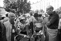 "Tour de France 1986. 21st stage from Saint-Etienne to Puy de Dôme, on July 25, 1986. Félix Lévitan (1911-2007), French sports journalist, Bernard Hinault (born in 1954), French racing cyclist, wearing his climber's jersey, and Valéry Giscard d'Estaing (born in 1926), French politician. Photograph by Bernard Charlet, from the collections of the French newspaper ""France-Soir"". Bibliothèque historique de la Ville de Paris. © Bernard Charlet / BHVP / Roger-Viollet"