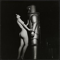 "Fête foraine. Strip-tease. ""Le robot"". France, vers 1945. © Gaston Paris / Roger-Viollet"