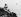 Le prince Philip d'Edimbourg (né en 1921), époux de la reine Elisabeth II, observant des oiseaux aux îles Galapagos (Equateur). TopFoto / Roger-Viollet