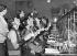 Mesures d'hygiène prises par les autorités pour limiter la contamination de la grippe. Téléopératrices se gargarisant avec un désinfectant. Royaume-Uni, 1933. © Ullstein Bild / Roger-Viollet