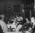 Clients du Sunset Club dansant au rythme du jazz et de la musique calypso, importées avec l'augmentation de la migration en provenance des Caraïbes et d'Afrique dans le quartier. Londres (Royaume-Uni), Carnaby Street, décembre 1951. © TopFoto / Roger-Viollet