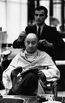 """Michel Audiard (1920-1985), French dialogue writer, writer, journalist, scriptwriter and film director, at the """"Carita"""" hairdressing salon. Paris, 4 October 1970. Photograph by André Perlstein (born in 1942). © André Perlstein / Roger-Viollet"""