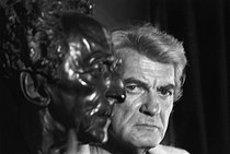 Jean Marais (1913-1998), French actor, at his home, next to the bust of Jean Cocteau (1889-1963), French dramatist and film-maker. 1970. Photograp by André Perlstein (born in 1942). © André Perlstein / Roger-Viollet
