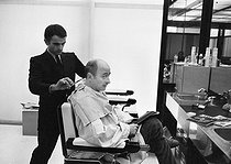 """Michel Audiard (1920-1985), French dialogue writer, writer, journalist, scriptwriter and film director at the """"Carita"""" hairdressing salon. Paris, 4 October 1970. Photograph by André Perlstein (born in 1942). © André Perlstein / Roger-Viollet"""
