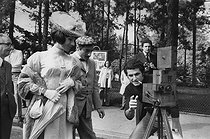 """Claude Lelouch (born in 1937), French film director, with his collector's movie camera and the actors Judith Magre (born in 1926) and Charles Denner (1926-1995). First day of shooting of the film """"A Paris Porte Dauphine"""". Paris, 2 September 1973. Photograph by André Perlstein (born in 1942). © André Perlstein / Roger-Viollet"""