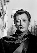"""Robert Mitchum (1917-1997), American actor, for the promotion of the film """"La Fille de Ryan"""" (Ryan's Daughter), by David Lean (1908-1991). Paris, 11 January 1971. Photograph by André Perlstein (born in 1942). © André Perlstein / Roger-Viollet"""