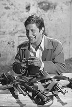 """Jacques Dutronc (born in 1943), French singer and actor. Shooting of the film """"Le Bon et les Méchants"""" (The Good and the Bad) by Claude Lelouch (born in 1937). July 1975. Photograph by André Perlstein (born in 1942). © André Perlstein / Roger-Viollet"""