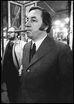 """Philippe Noiret (1930-2002), French actor. Shooting of the film """"L'Attentat"""" (Plot) by Yves Boisset (born in 1939). Paris, 1972. Photograph by André Perlstein (born in 1942). © André Perlstein / Roger-Viollet"""