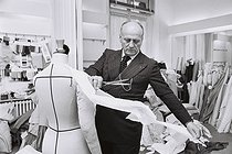 Pierre Balmain (1914-1982), French fashion designer, in the workshop of his fashion house, created in 1945. Paris, 16 February 1976 Photograph by André Perlstein (born in 1942). © André Perlstein / Roger-Viollet