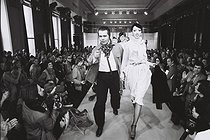 Karl Lagerfeld (1933-2019), German fashion and dress designer, at his fashion show, for the Chloé brand. Paris, 1978. Photograph by André Perlstein (born in 1942). © André Perlstein / Roger-Viollet