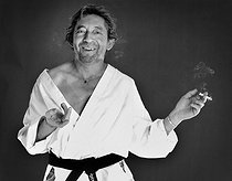 """Serge Gainsbourg (1928-1991), French singer-songwriter, in the studios of the """"Elle"""" magazine. Paris, 1979. Photograph by André Perlstein (born in 1942). © André Perlstein / Roger-Viollet"""