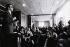 Les bureaux de l'Express. Réunion de la commission de déontologie, vote pour la scission du journal. Jean-François Kanh (né en 1938), journaliste français. Photographie d'André Perlstein (né en 1942). Paris, 22 octobre 1971. © André Perlstein / Roger-Viollet