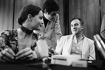 Romy Schneider (1938-1982), Austrian actress, Jean-Loup Dabadie (1938-2020), French journalist and writer, and Claude  Sautet (1924-2000), French film director. France, 1970. Photograph by André Perlstein (born in 1942). © André Perlstein / Roger-Viollet