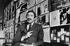 Roger Thérond (1924-2001), journaliste français, dirigeant de Paris Match. Photographie d'André Perlstein (né en 1942). Paris, 1968. © André Perlstein / Roger-Viollet