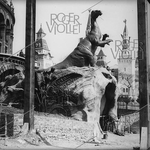Roger-Viollet | 466728 | 1900 World Fair in Paris. Entrance of the underground world in the Trocadero park. Detail of a stereoscopic view. | © Léon & Lévy / Roger-Viollet