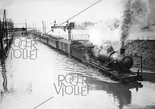 Roger-Viollet | 454902 | 1910 Great Flood of Paris | © Maurice-Louis Branger / Roger-Viollet