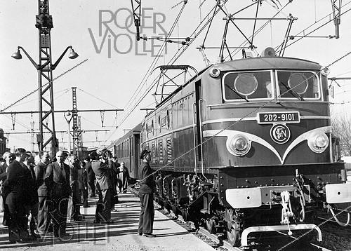Roger-Viollet | 733560 | 2D2-9101 electric locomotive of the SNCF, French railway company. France, 1952. | © Jacques Boyer / Roger-Viollet