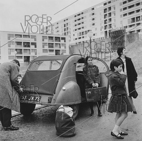 Roger-Viollet | 691319 | A family in front of their Citroën 2CV | © Janine Niepce / Roger-Viollet
