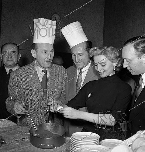 Roger-Viollet | 983753 | André Bourvil (1917-1970), French actor and Annie Cordy, Belgian singer and actress at the restaurant of the Eiffel tower. Paris, 1953. | © Roger-Viollet / Roger-Viollet