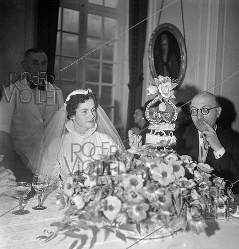 Roger-Viollet | 276198 | Anne-Aymone Sauvage de Brantes (born in 1933), during her wedding with Valéry Giscard d'Estaing (1926-2020). Authon (France), Château du Fresne, on December 23, 1952. | © Laure Albin Guillot / Roger-Viollet