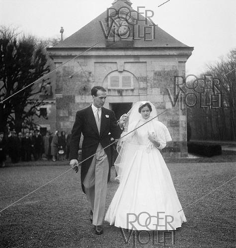 Roger-Viollet | 324723 | Anne-Aymone Sauvage de Brantes (born in 1933) and Valéry Giscard d'Estaing (1926-2020), on their wedding day at the chapel of the Château du Fresne. Authon (France), on December 23, 1952. | © Laure Albin Guillot / Roger-Viollet