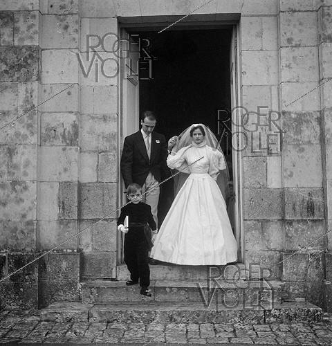 Roger-Viollet | 578440 | Anne-Aymone Sauvage de Brantes (born in 1933) and Valéry Giscard d'Estaing (1926-2020), on their wedding day at the chapel of the Château du Fresne. Authon (France), on December 23, 1952. | © Laure Albin Guillot / Roger-Viollet