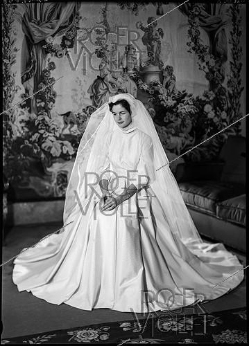 Roger-Viollet | 591042 | Anne-Aymone Sauvage de Brantes (born in 1933), in her wedding dress for the ceremony with Valéry Giscard d'Estaing (1926-2020). Authon (Loir-et-Cher), Château du Fresne, on December 23, 1952. | © Laure Albin Guillot / Roger-Viollet