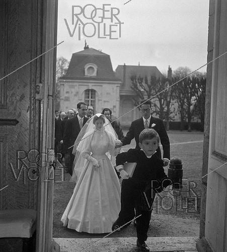 Roger-Viollet | 673865 | Anne-Aymone Sauvage de Brantes (born in 1933) and Valéry Giscard d'Estaing (1926-2020), on their wedding day at the chapel of the Château du Fresne. Authon (France), on December 23, 1952. | © Laure Albin Guillot / Roger-Viollet