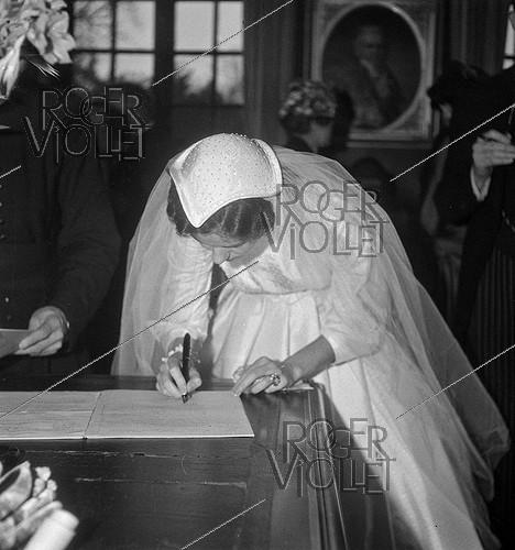 Roger-Viollet | 692241 | Anne-Aymone Sauvage de Brantes (born in 1933) on her wedding day with Valéry Giscard d'Estaing (1926-2020), at the chapel of the Château du Fresne. Authon (France), on December 23, 1952. | © Laure Albin Guillot / Roger-Viollet