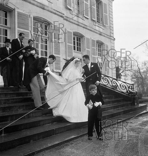 Roger-Viollet | 744348 | Anne-Aymone Sauvage de Brantes (born in 1933) and Valéry Giscard d'Estaing (1926-2020), on their wedding day at the chapel of the Château du Fresne. Authon (France), on December 23, 1952. | © Laure Albin Guillot / Roger-Viollet