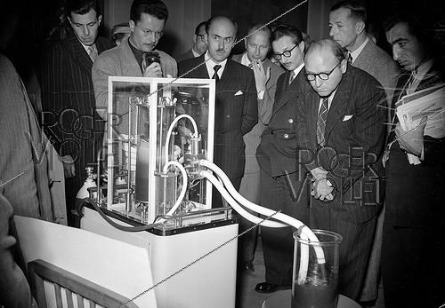 Roger-Viollet | 655626 | Artificial lung-heart machine of the professor A. Thomas-Beaudouin, on 1951. | © Roger-Viollet / Roger-Viollet