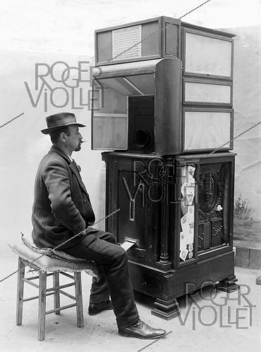 Roger-Viollet | 962850 | Ashton-Wolff automatic photograph (ancestor of the photo booth). Man posing, 1912. | © Jacques Boyer / Roger-Viollet