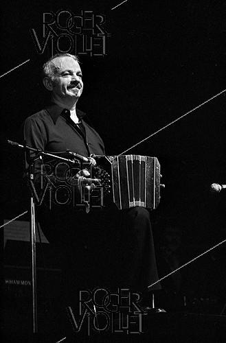 Roger-Viollet | 175508 | Astor Piazzolla (1921-1992), Argentinian composer and conductor. Paris, Olympia, 1977. | © Patrick Ullmann / Roger-Viollet