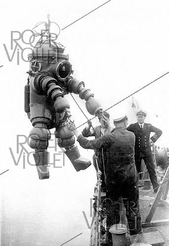 Roger-Viollet | 901724 | ATTEMPT OF DIVING SUIT | © Roger-Viollet / Roger-Viollet