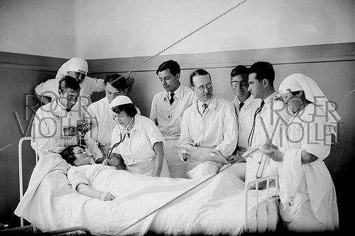 Roger-Viollet | 464076 | Auscultation at the Broussais hospital. Paris, 1935. | © Jacques Boyer / Roger-Viollet